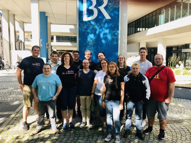 """Gruppenbild - Das Team der Radiomacher der """"Welle West Wetterau"""" besuchen unter anderem den Bayrischen Rundfunk in München."""